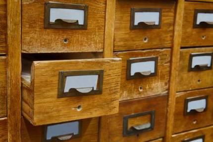 56349944-abierto-una-caja-de-almacenamiento-de-archivos-la-presentación-del-gabinete-entre-otras-cajas-de-madera